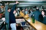 Barra de una sidrería con los camareros escanciando