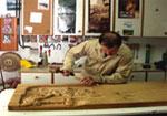 Artesano de Valdesoto tallando la madera
